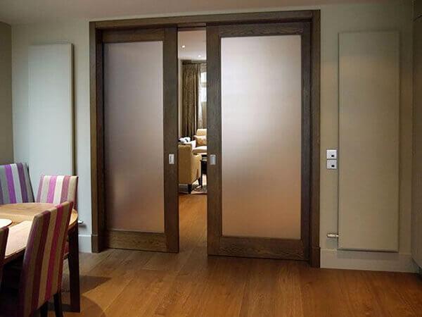 Os modelos de portas de correr de madeira com vidro separa as salas