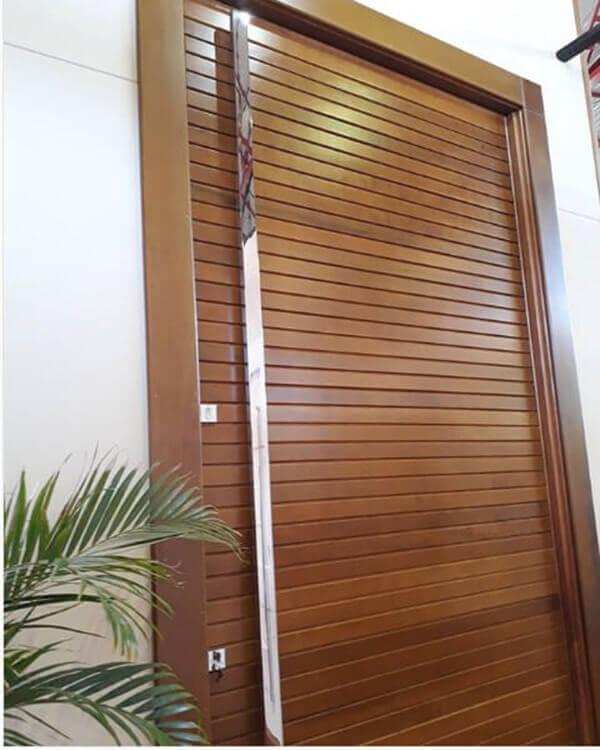 Os modelos de portas de entrada tem puxadores grandes