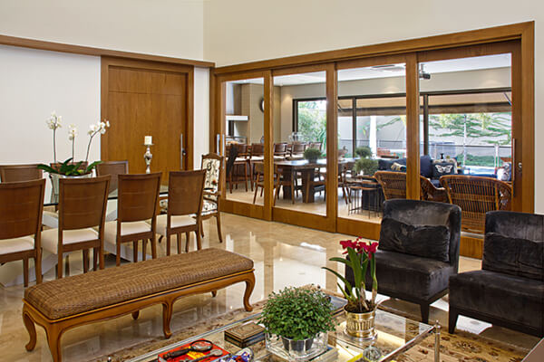 Os modelos de portas do ambiente foram confeccionado com a mesma tonalidade de madeira
