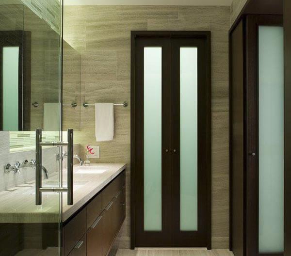 Os modelos de portas para banheiro pequeno podem ser articuladas