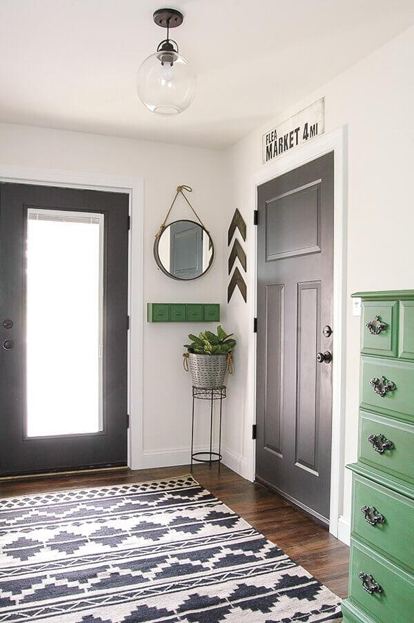 Os modelos de portas para hall de entrada tem vidros para facilitar a luminosidade