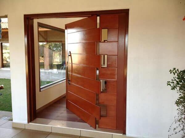Os modelos de portas para sala pivotantes giram em torno de um eixo