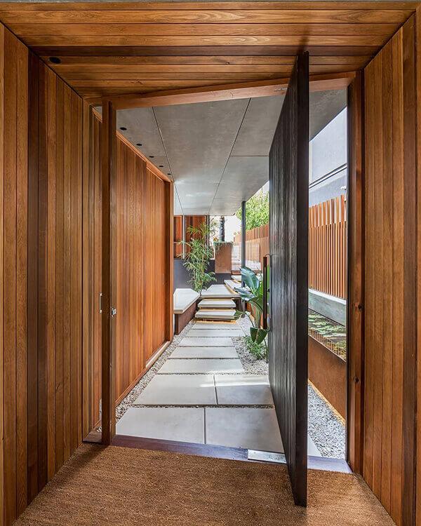 Os modelos de portas pivotante de madeira um visual moderno