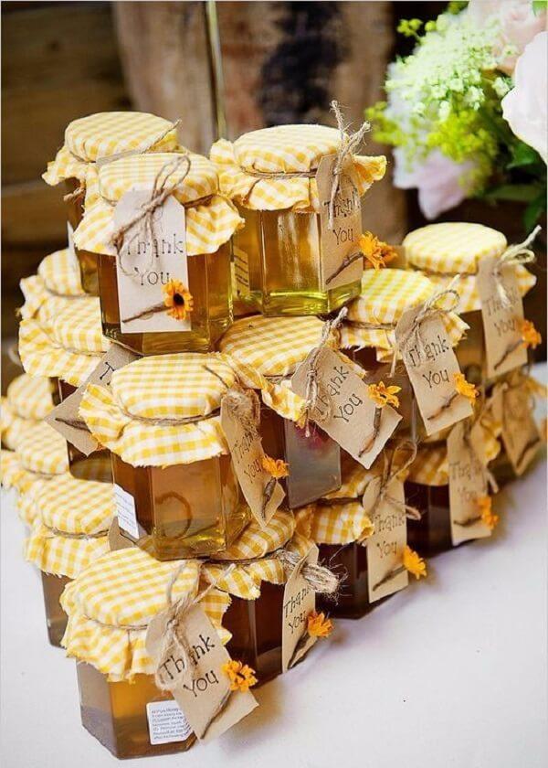 Os potes de mel podem ser usados como lembrancinhas na decoração de aniversário simples com tema girassol. Fonte: Pinterest