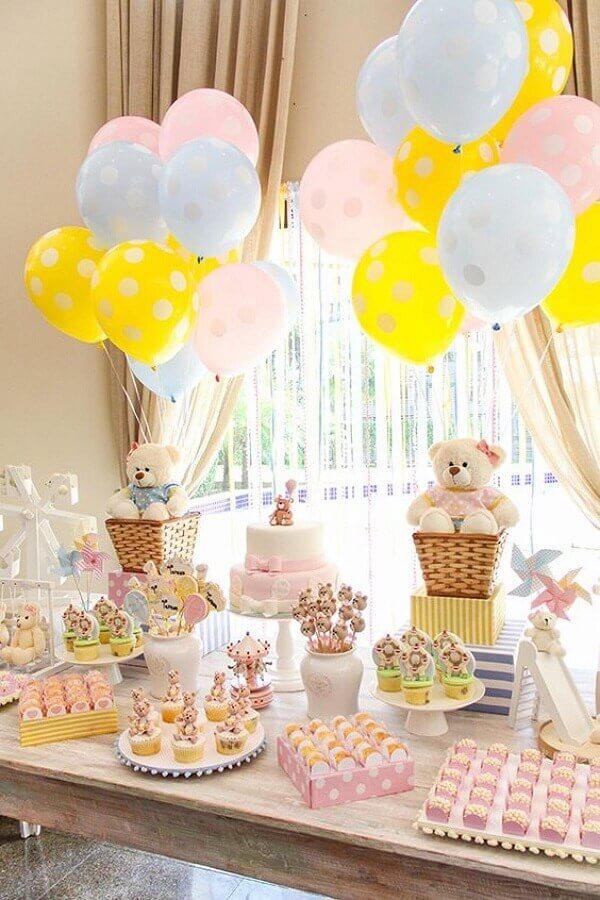 Os ursinhos de pelúcia podem ser usados na mesa e ajudar na decoração de aniversário simples. Fonte: Pinosy