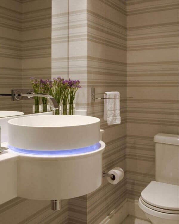 Papel de parede para lavabo com iluminação na pia