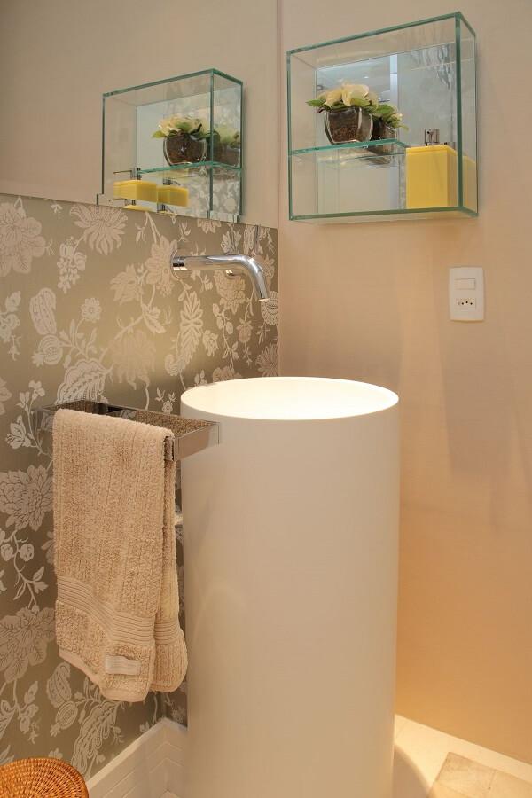 Papel de parede para lavabo florido e cuba de chão