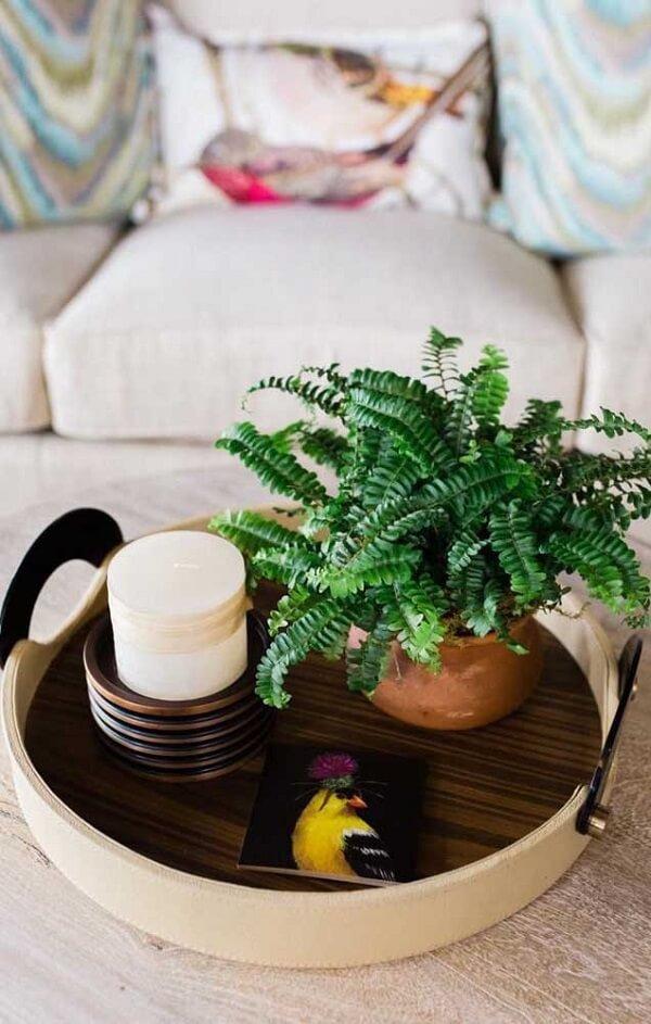 Que tal incluir um vaso sobre a mesa de centro da sala?