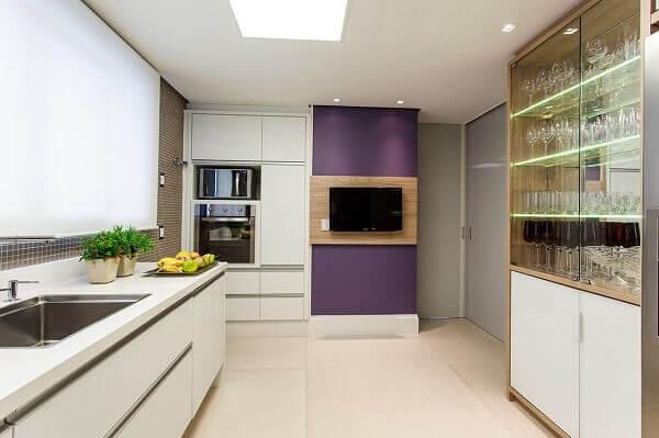 Roxo e branco em cozinha planejada