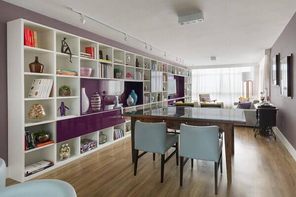 Roxo e estante branca KTA Arquitetura