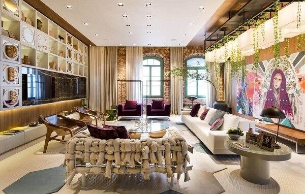 Roxo e sofá branco em sala de convivência
