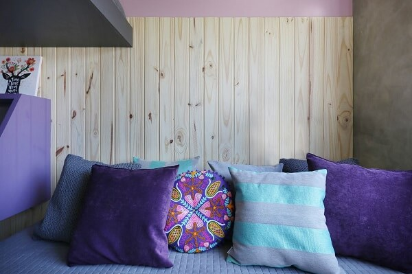 Roxo em almofadas coloridas