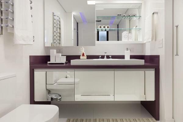 Roxo em banheiro branco