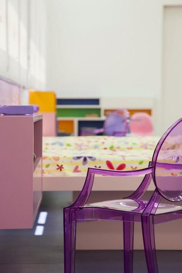 Roxo em cadeira acrílico em quarto