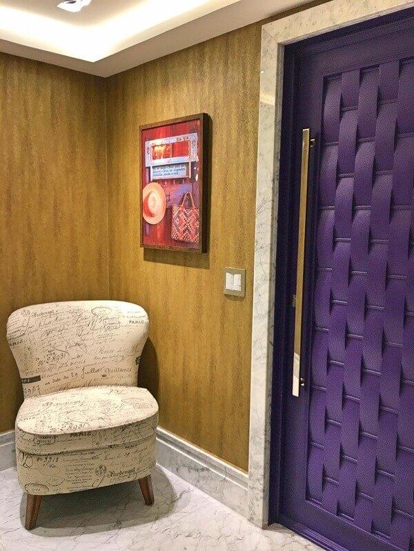 Roxo em hall de entrada