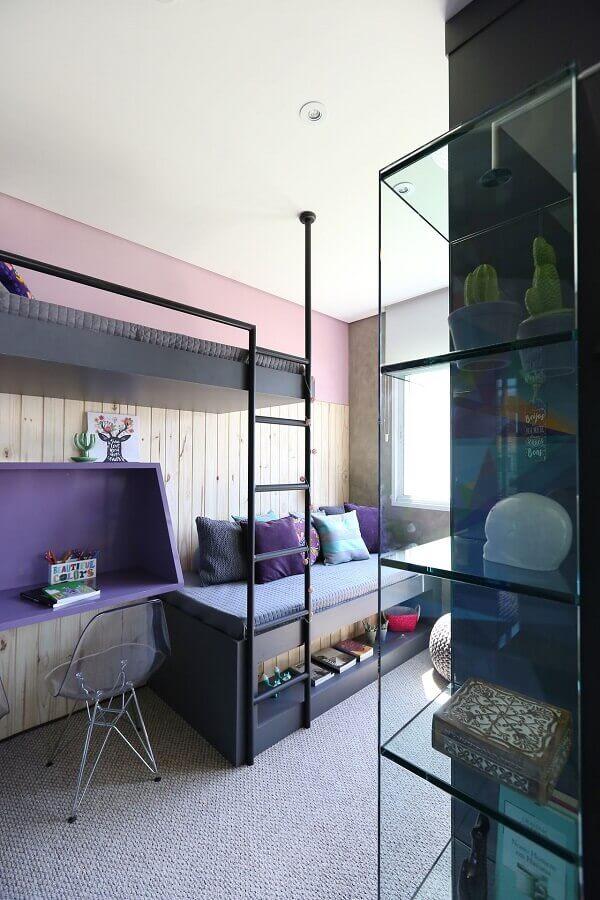 Roxo em nicho e parede com uma faixa rosa