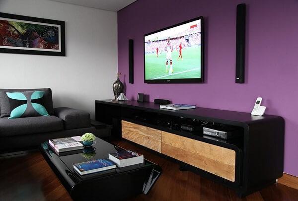 Roxo em parede de sala de TV