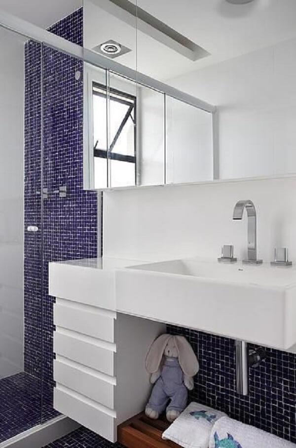 Roxo em pastilha de banheiro