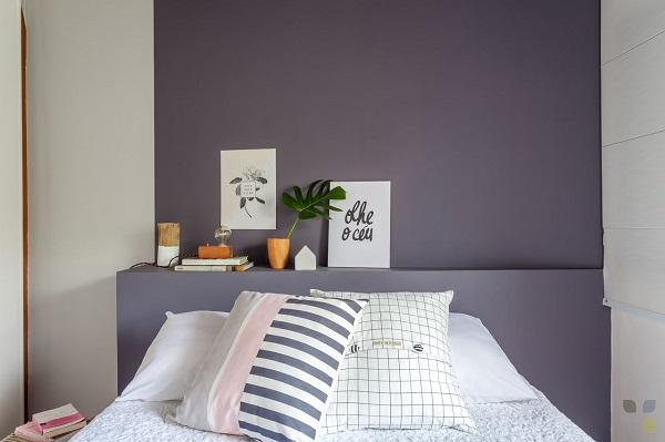 Roxo em quarto feminino com almofadas