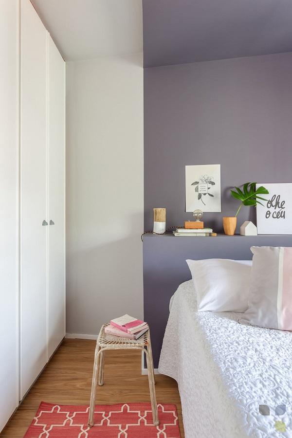 Roxo em quarto feminino com tapete vermelho