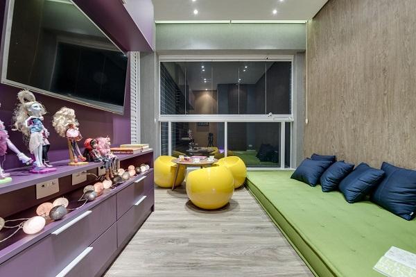 Roxo em rack e cadeiras amarelas