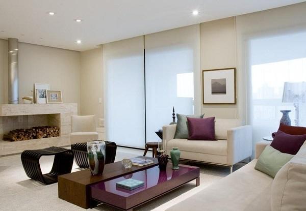 Roxo em sala de estar com almofadas