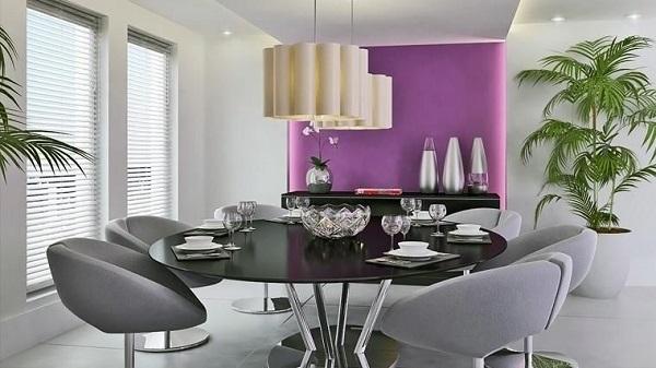 Roxo em sala de jantar moderna e pendente