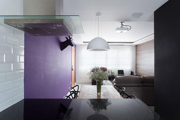 Roxo em sala de jantar moderna