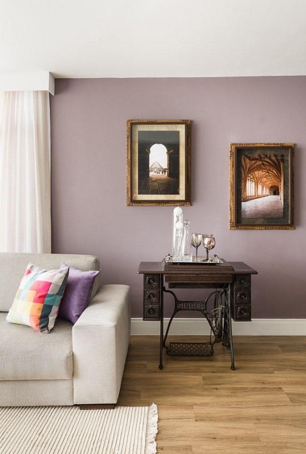 Roxo em sala e quadros
