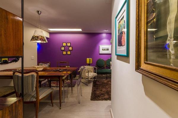 Roxo em sala estilosa