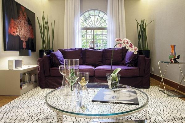 Roxo em sofá de sala de estar e mesa de centro