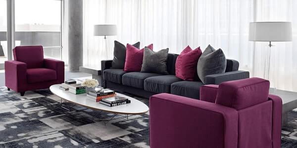 Roxo na decoração de sala