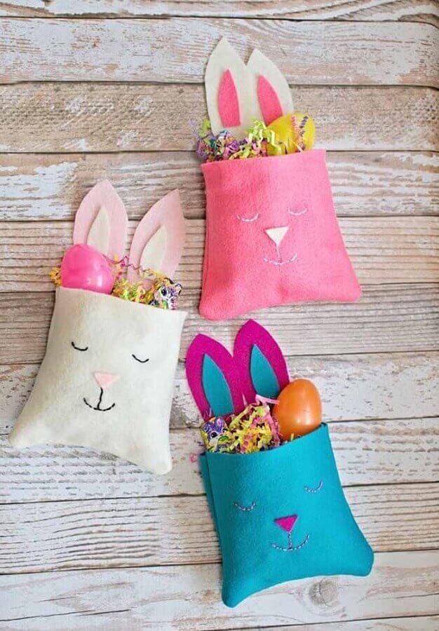 Sacolinhas coloridas decoradas com carinha de coelho para lembrancinhas de páscoa Foto Pinterest