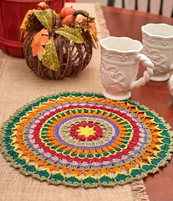 Sousplat de crochê colorido encanta a decoração da mesa