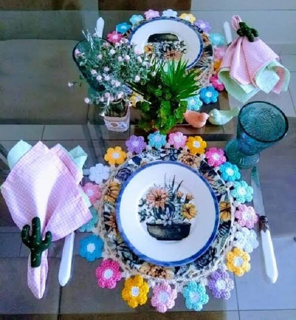 Sousplat de crochê com acabamento em flores