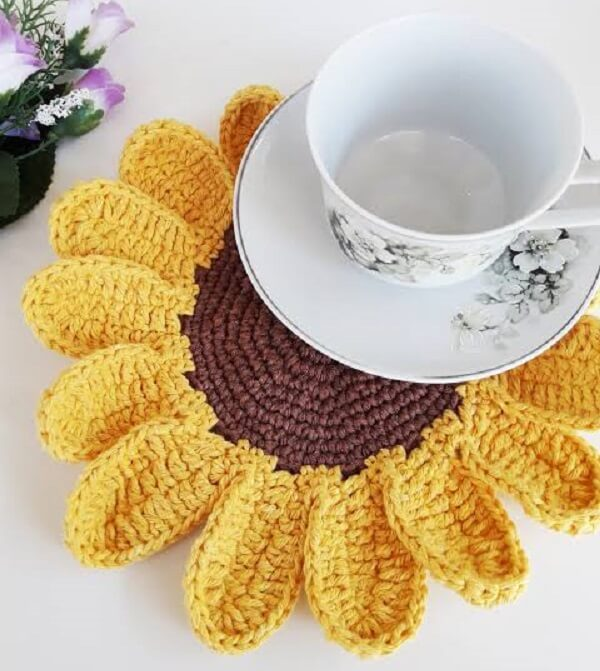 Sousplat de crochê em formato de girassol