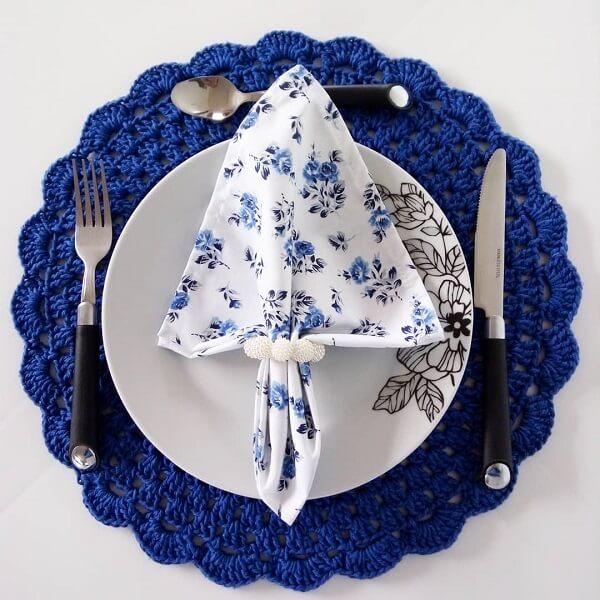 Sousplat de crochê em tom azul vibrante