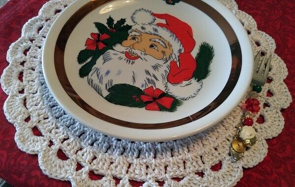 Sousplat de crochê em tom branco combina com a peça de louça natalina
