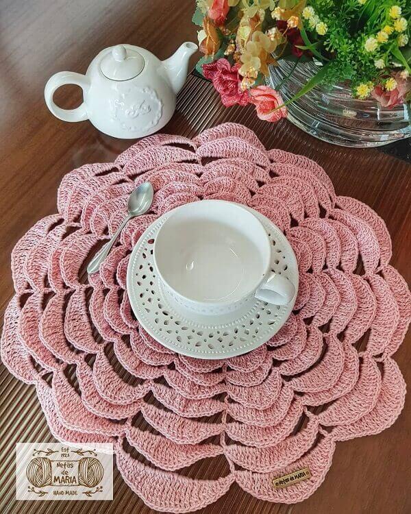 Sousplat de crochê em tom rosa cheio de bordados
