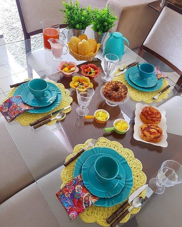 Traga mais cor para o seu café da manhã com esse conjunto de sousplat de crochê