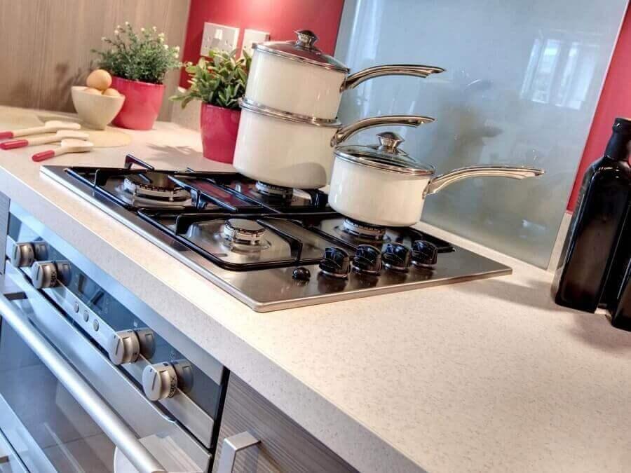 bancada de cozinha com granito branco Foto HGTV