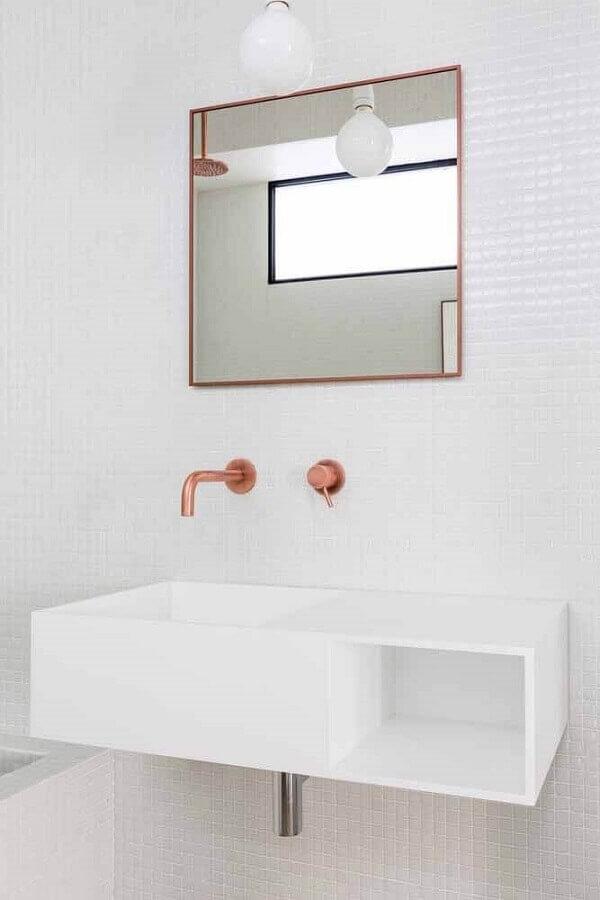 banheiro decorado com espelho quadrado e torneira na cor cobre Foto Archilovers