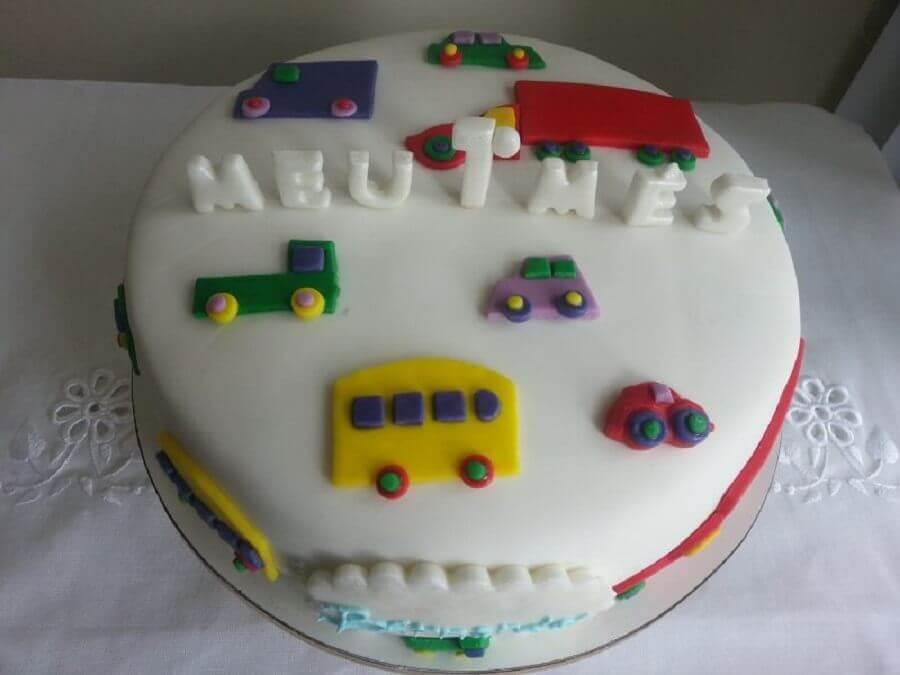 bolo mesversário simples decorado com carrinhos Foto Pinterest