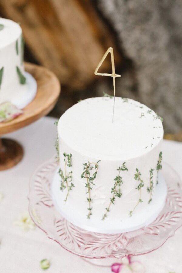 bolo mesversário todo branco decorado com raminhos Foto Neu dekoration stile