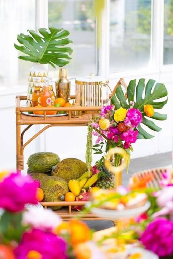 carrinho de bebidas decorado com arranjo de flores para festa luau Foto Marília Fleury
