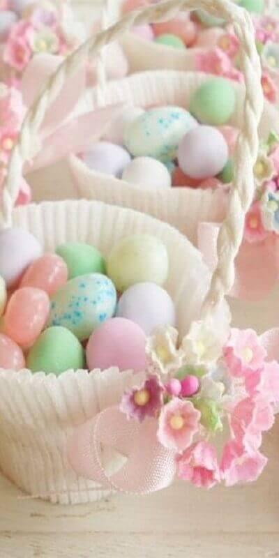 cesta de páscoa com ovinhos coloridos Foto Pinosy