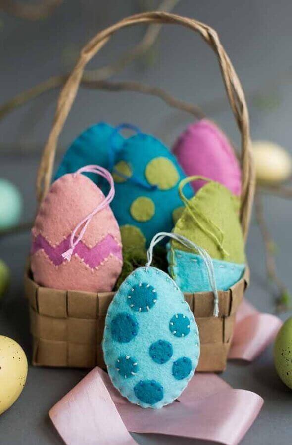 cesta de páscoa decorada com ovos de feltro coloridos Foto Pinosy