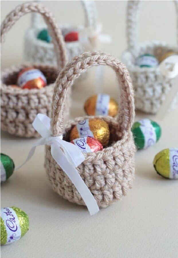 cesta de páscoa feita de crochê com pequenos ovinhos de chocolate  Foto Yandex