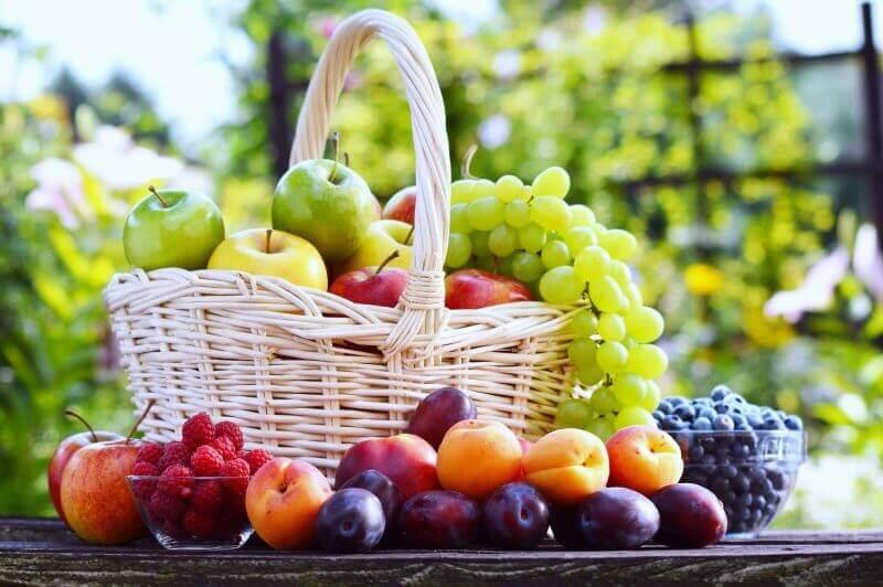 cesta de vime para decoração de mesa com frutas Foto Pinterest