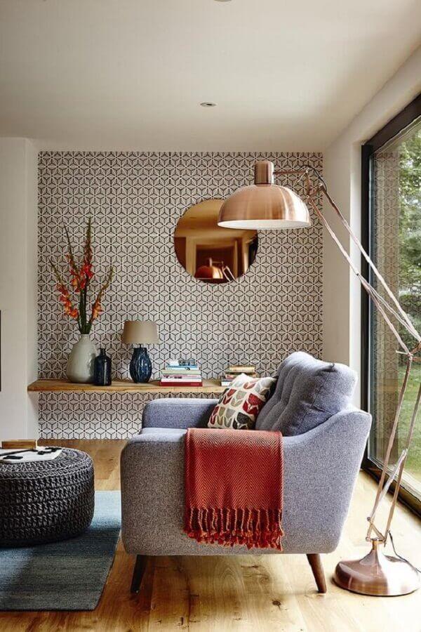 cobre na decoração da sala de estar com espelho redondo e luminária de chão Foto Trend Design Book